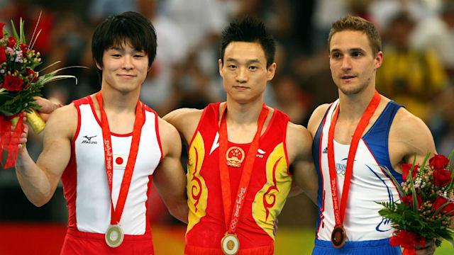 19歳の時の内村航平(左端)。初のオリンピックで2つの銀メダルを首にかけた