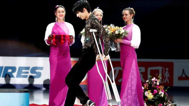 Hanyu on podium in Moscow on crutches