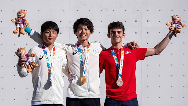 新種目スポーツクライミングの男子複合で金メダルを獲得した土肥圭太選手(中央)と銀メダルを獲得した田中修太選手(左)(Lukas Schulze/OIS)