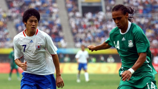 内田篤人(左)は2007年のU−20ワールドカップのメンバーから昇格。北京五輪前の2008年1月にはフル代表デビューも果たしていた