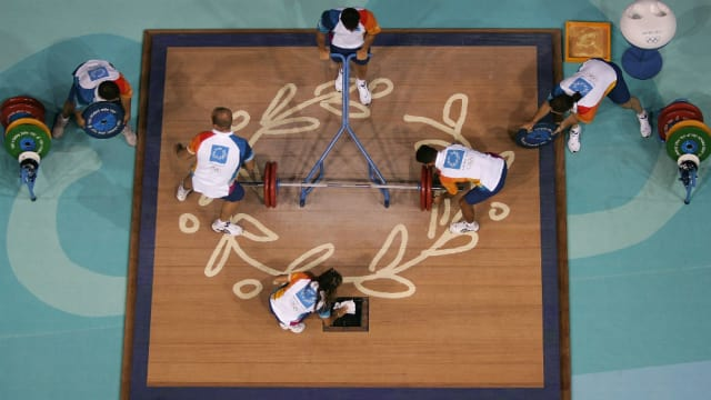 2004年アテネ五輪での一幕。ボランティアスタッフは競技のスムーズな進行もサポートする