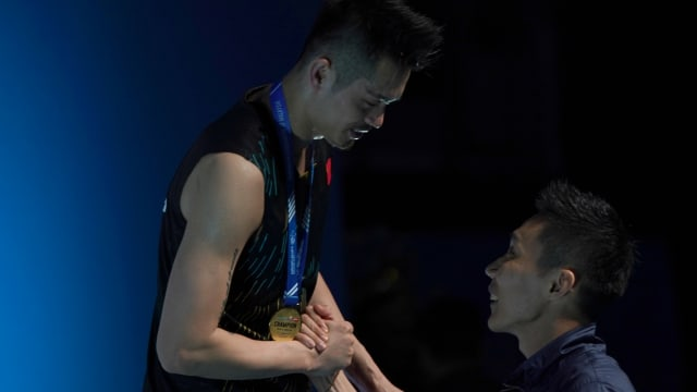 2019 Malaysia Open champion Lin Dan on the podium congratulated by Lee Chong Wei