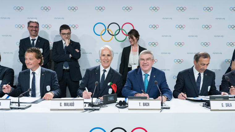 IOC President Thomas Bach and delegates from Milan Cortina sign the 2026 Winter Olympics Host City Agreement (Greg Martin/IOC)