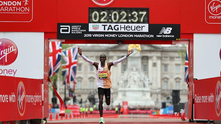 2時間01分39秒という世界記録を持つエリウド・キプチョゲ。リオデジャネイロ五輪金メダリストが特徴とする加速を保つ前傾姿勢は、大迫の走法にも見られるものだ