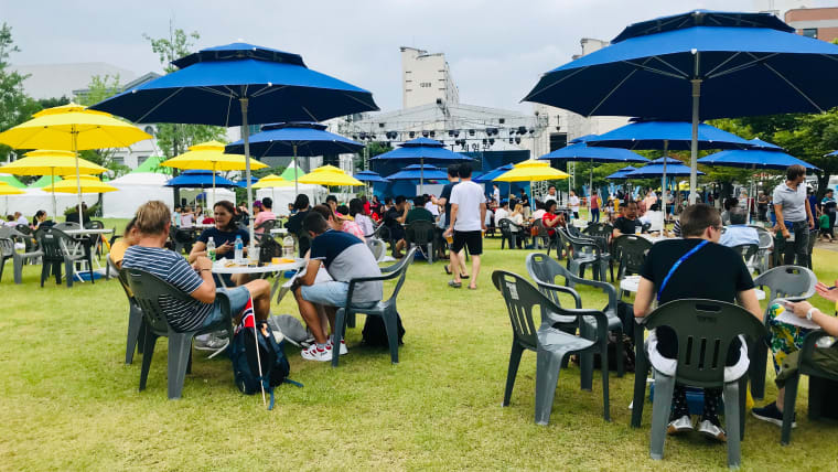 Aquatics fans have some lunch between diving events