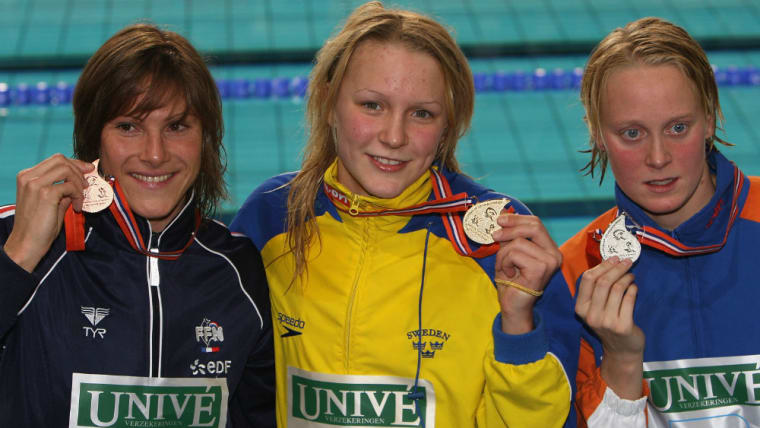2008年3月、14歳のサラ(中央)は、ヨーロッパ水泳選手権の100メートルバタフライで金メダルを獲得した