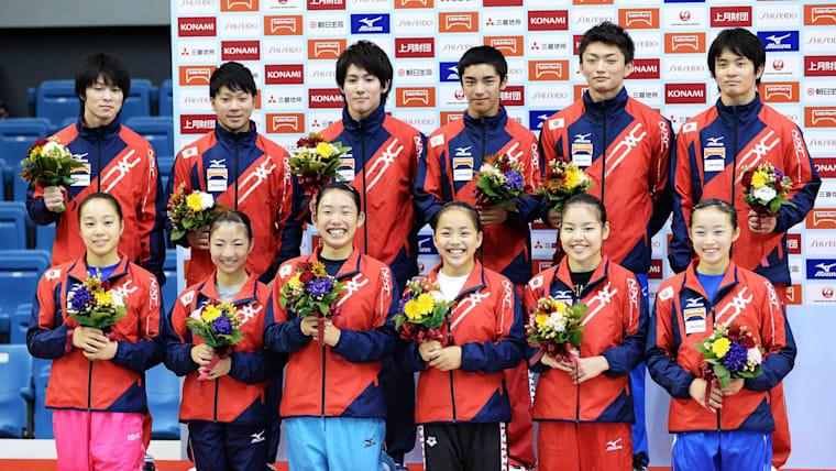 2014年全日本体操種目別選手権大会後に日本代表に選ばれた選手たち。村上茉愛選手は下列、右側から3番目
