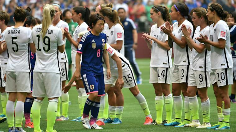 準優勝に終わり、アメリカのメンバーに健闘を称えられる宮間あや。キャプテンとしてチームをしっかりとけん引した