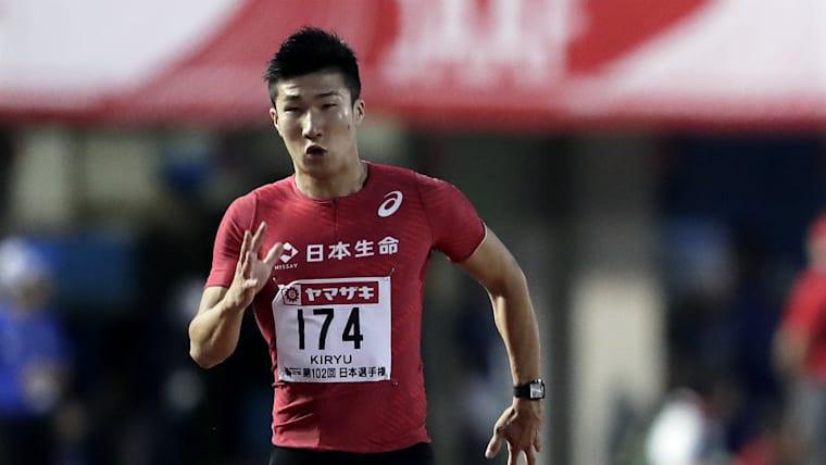 21歳の時、100メートルで9秒98という新記録を打ち立て、日本人として初めて「10秒の壁」を突破した