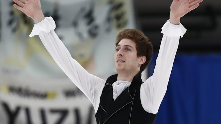 Morisi Kvitelashvili thanks the fans after his free skate