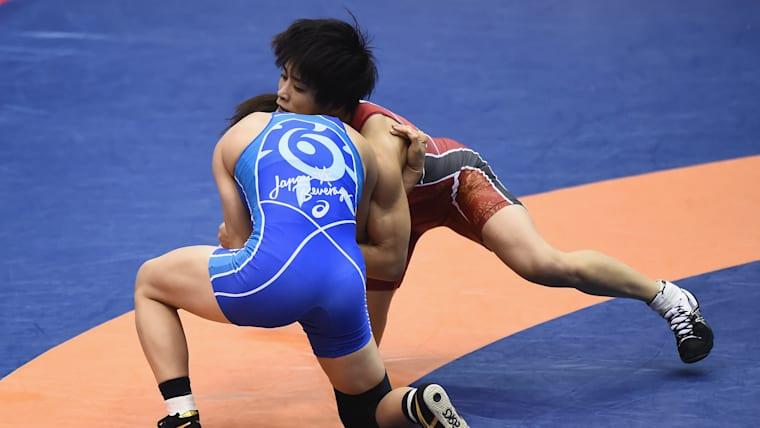 Kaori Icho (red) beat Risako Kawai in their gold-medal showdown at the All-Japan Championships in December 2018