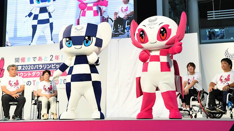 パラリンピック公式マスコットのソメイティ(右)