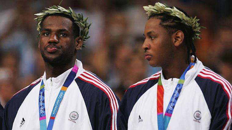 LeBron James y Carmelo Anthony de Estados Unidos reaccionan en el podio después de recibir sus medallas de bronce de baloncesto masculino en los Juegos Olímpicos de Atenas 2004. (Foto por Jamie Squire / Getty Images)