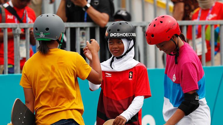 Kaya Isa high-fives Bunga Nyimas after their run. (Reuters)