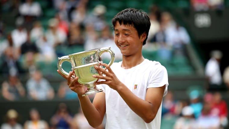 ジュニア男子シングルスで快挙、信じられなそうに優勝杯を見つめる望月慎太郎