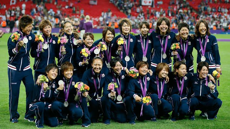 決勝でアメリカに敗れた直後は悔しさをあらわにした選手たちだったが、日本女子サッカー史上初のオリンピックのメダルを手にするとその達成感から笑顔を浮かべた