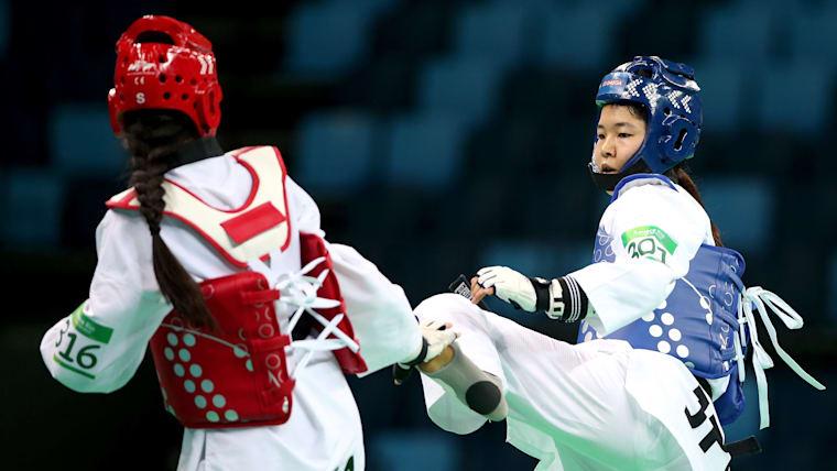 世界選手権で日本人初の優勝を達成した濱田真由(右)。
