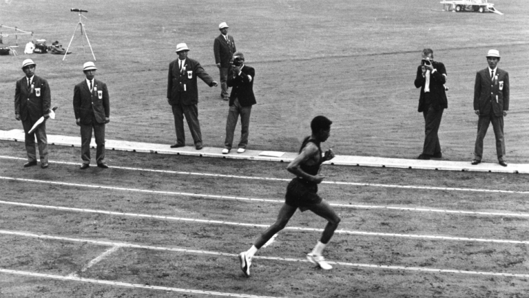 1964年の東京五輪マラソンを制したのはアベベ・ビキラ。2時間12分11秒は当時の世界最高記録だった