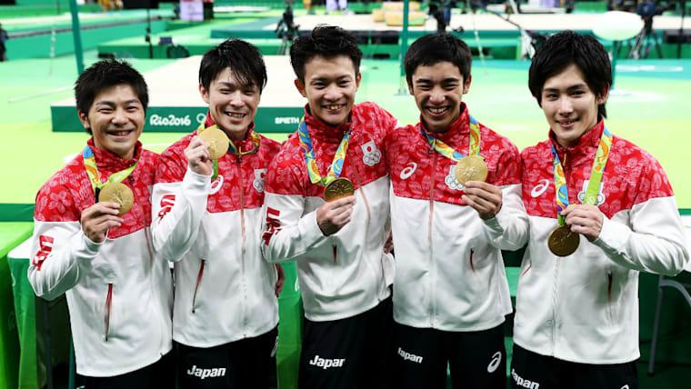 白井健三(右から2人目)は19歳で出場したリオデジャネイロ五輪の体操団体総合で金メダル獲得に貢献している