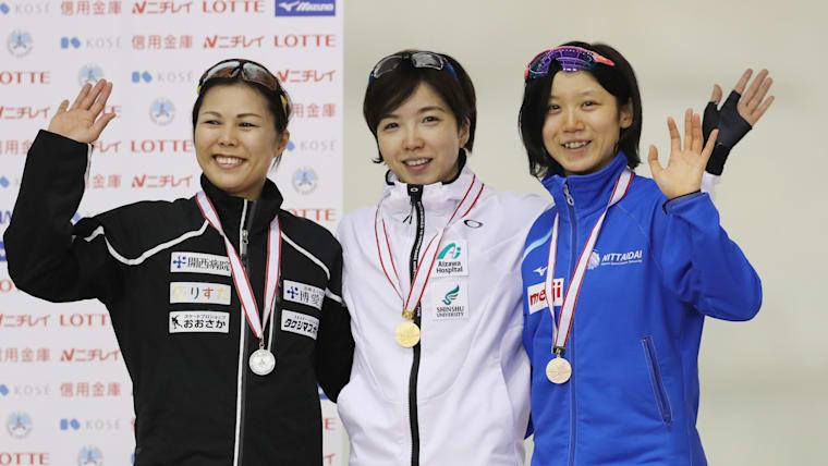 女子500mで1位となった小平奈緒(中央)、2位の辻麻希(左)、3位の高木美帆(右)/時事