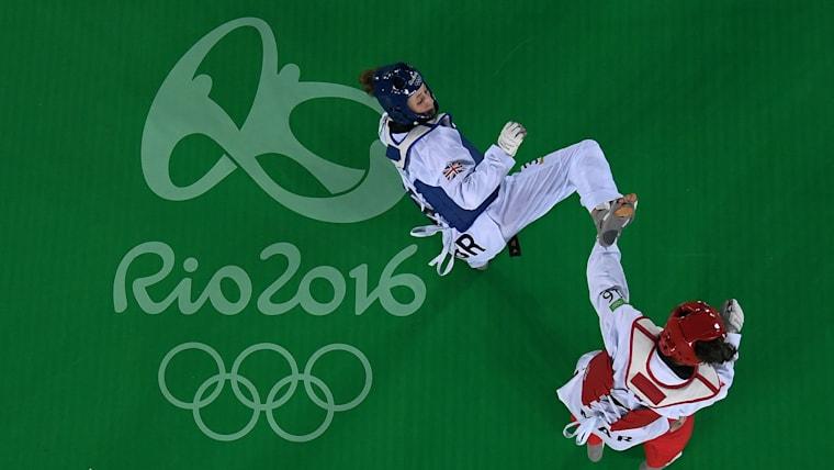 アクロバティックな足技が繰り出される。