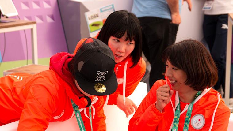 選手たちと談笑をする小谷実可子団長(右)