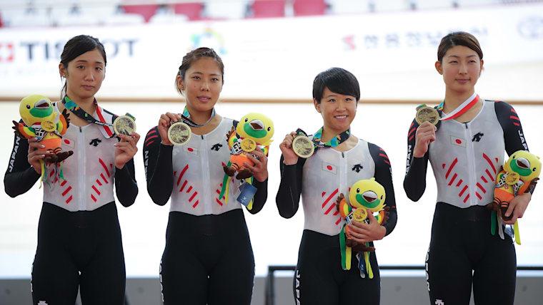 日本女子として史上初めてワールドカップ金メダルを手に入れた梶原悠未(右から2番目)