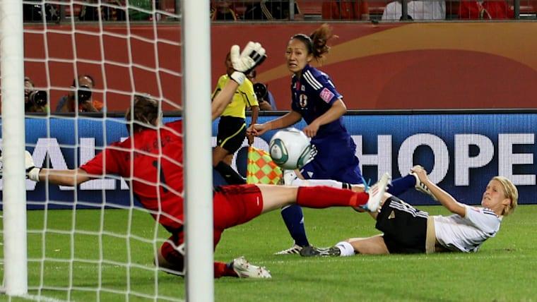 準々決勝のドイツ戦は延長戦に突入。途中出場の丸山桂里奈(奥)が108分に値千金の決勝ゴールを決めた
