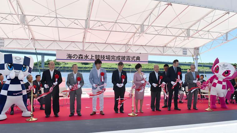 小池百合子都知事、福田康夫元首相らが完成披露式典に出席し、テープカットを行った