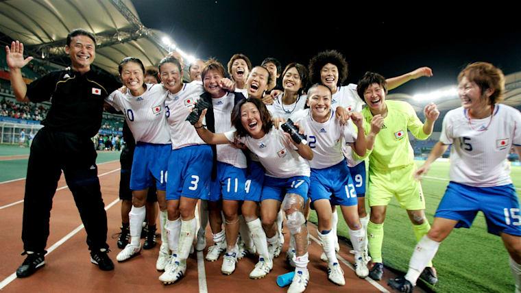 開催国の中国を2−0で下して喜びを爆発させるなでしこジャパン。佐々木監督(左端)が就任して8カ月ほどでベスト4入りを果たしてみせた