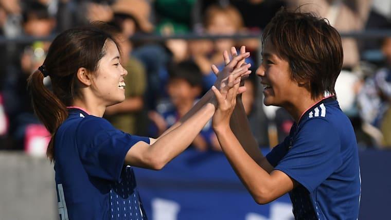 長谷川にとっての岩渕真奈(右)は、なでしこジャパンでの仲間であり、自身のプレーの質を上げてくれるライバルだ