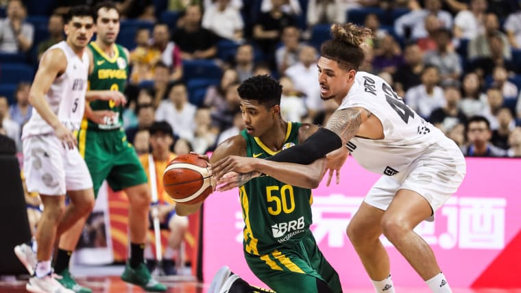 Bruno Caboclo, do Brasil, joga contra Isaac Fotu, da Nova Zelândia, na competição da Copa do Mundo da FIBA em Nanjing, no dia 1 de setembro de 2019