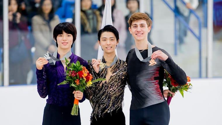 オータムクラシックの表彰台に立つチャ選手(左)と羽生選手(中央) Skate Canada / Danielle Earl Photography