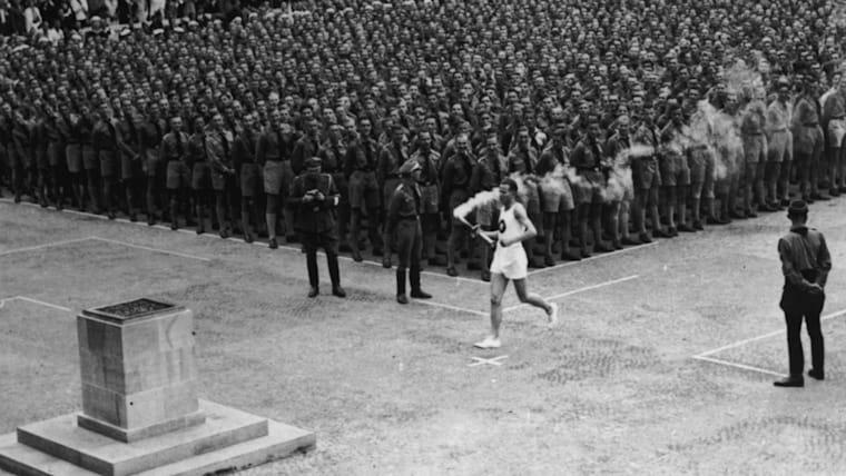1936年のベルリン五輪から聖火リレーが実施。古代オリンピック期間中、開催地のオリンピアで火が灯され続けたことに由来すると言われている