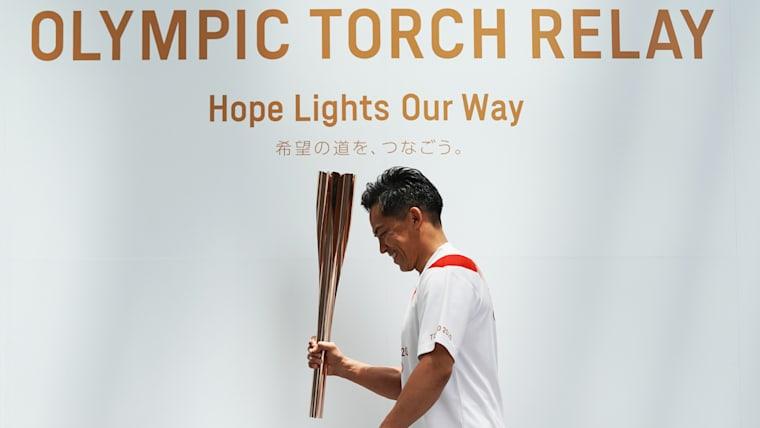 2020年東京五輪聖火リレー公式ユニフォーム姿でトーチを握るのは、柔道60kg五輪三連覇の野村忠宏。アンバサダーの1人としてリレーに参加する