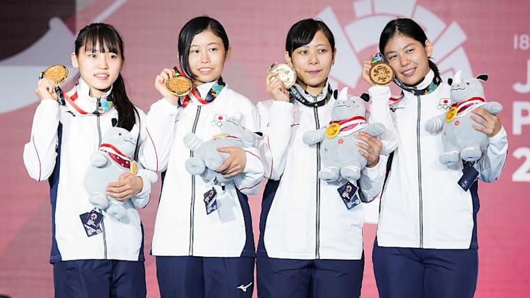 2018年のアジア競技大会の女子フルーレ団体で優勝を果たした。右から宮脇花綸、菊池小巻、辻すみれ、東晟良(せら)