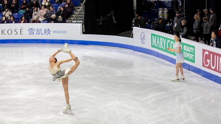 公式練習で演技を披露するロシアのザギトワ選手(左)と紀平梨花選手(右)