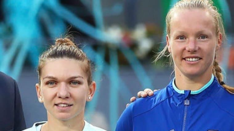 優勝したベルテンス(右)と準優勝のハレプ(左)