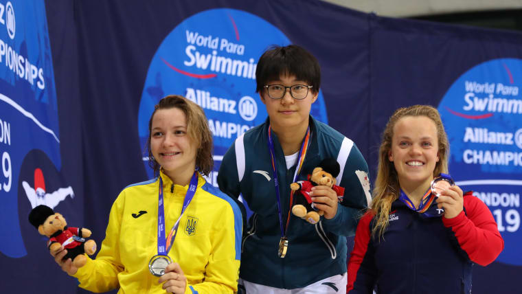 Yelyzaveta Mereshko of Ukraine with her silver medal, Yuyan Jiang of China with her gold medal and Ellie Simmonds of Great Britain with her bronze medal from the Women's 400m Freestyle Final on Day One of the London 2019 World Para-swimming Allianz Championships at Aquatics Centre on September 09, 2019 in London, England. (Photo by Catherine Ivill/Getty Images)