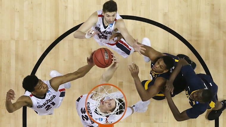 アメリカのゴンザガ大では長身を生かして活躍(左端)。NCAAトーナメント(全米大学選手権)といった大舞台でも存在感を見せつけた