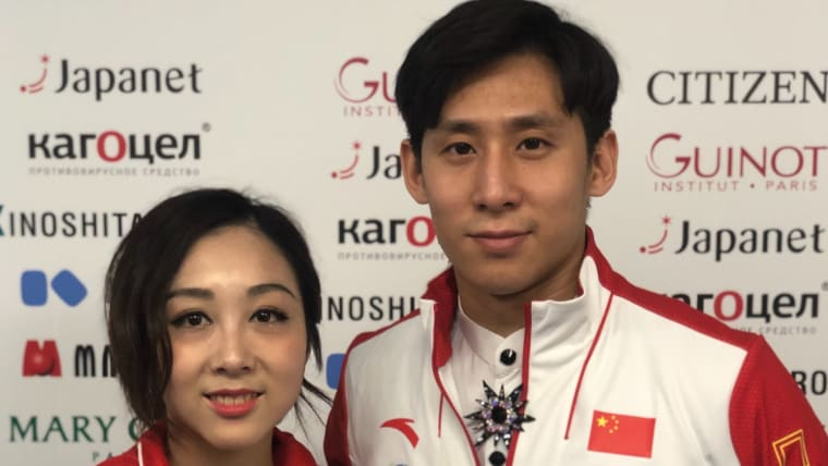 Sui Wenjing and Han Cong pose in the mixed zone