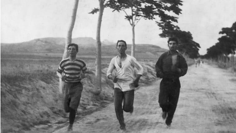 マラソンは1896年のアテネ五輪から採用。写真は本番のコースを練習で走る選手たち
