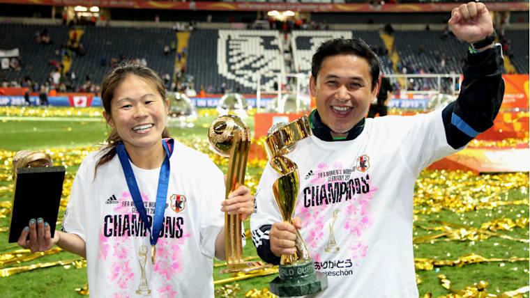澤穂希(左)は通算5ゴールを挙げて大会MVPと得点王に。佐々木則夫監督(右)は就任から4年を待たずチームをW杯優勝に導いた