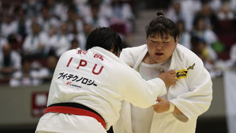Sarah Asahina (R) fights Akira Sone in the final of the All Japan Women's Championships in April 2019