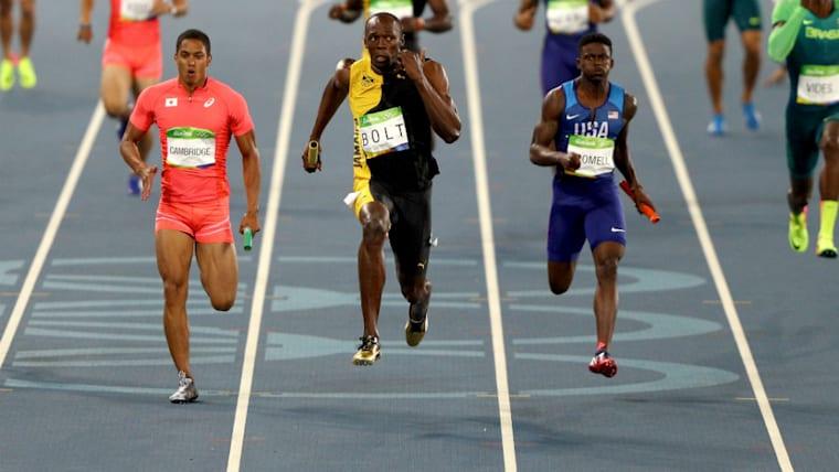 2016年のリオでジャネイロ五輪では、同じジャマイカにルーツを持ち、憧れの存在でもあるボルト(中央)と並走した