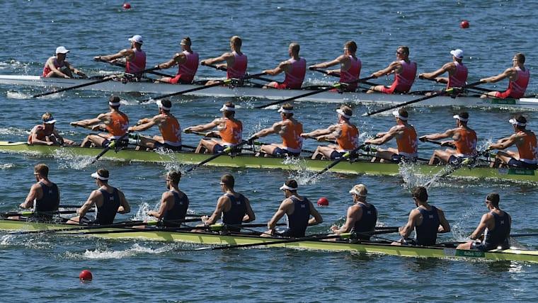 最大8人(+舵手)が息を合わせて水面を駆け抜ける