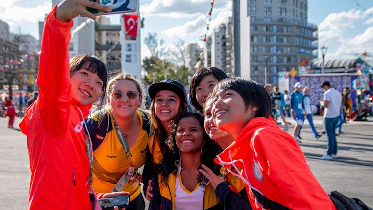 ユースオリンピック選手村にてコロンビアの選手たちと自撮りする陸上競技の日本代表たち