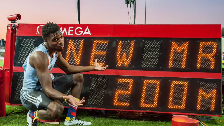 Noah Lyles poses with the scoreboard after his 19.50s to win the 200m at the Lausanne Diamond League