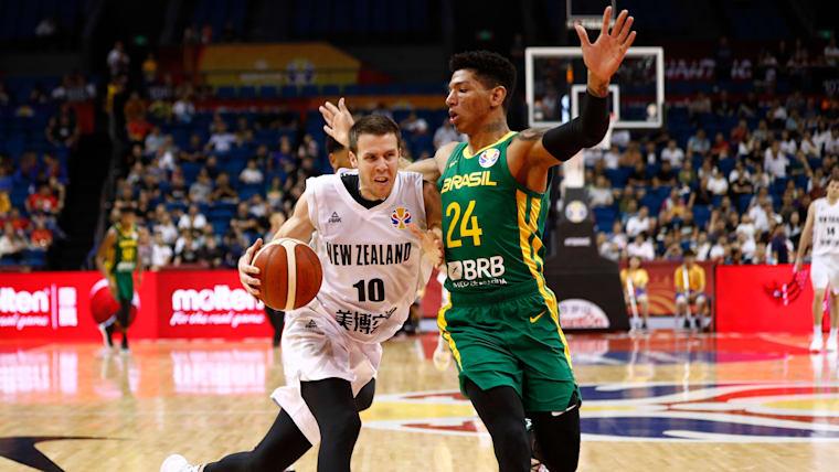 Didi, do Brasil e Tom Abercrombie, da Nova Zelândia, no confronto da Copa do Mundo da FIBA, em Nanjing, no dia 1 de setembro de 2019