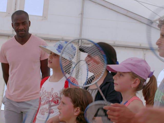 希腊:羽毛球令叙利亚难民儿童面露欢颜